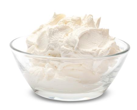 Queso mascarpone tradicional en recipiente de vidrio aislado en blanco con trazado de recorte