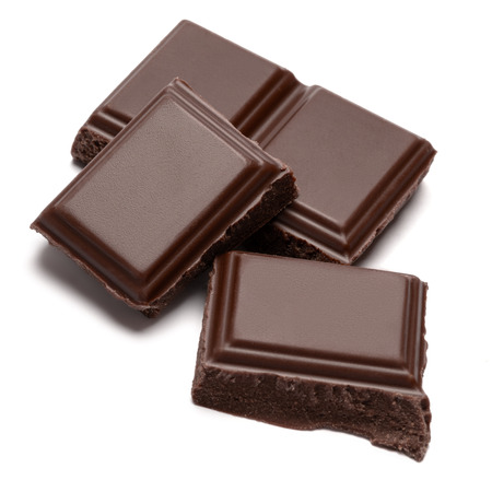 Dunkle Bio-Schokoladenstücke isoliert auf weißem Hintergrund