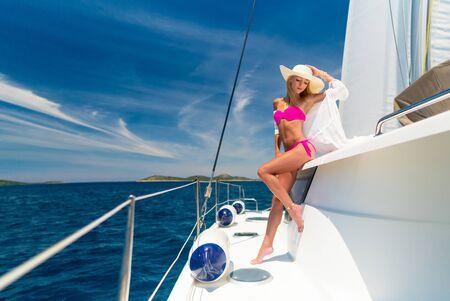 schöne Frau in Badebekleidung entspannt auf einer Yacht Standard-Bild