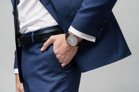 Studioaufnahme stilvoller Geschäftsmann in Anzug und Uhren