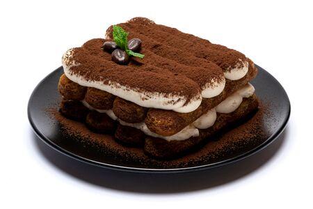 Klassisches Tiramisu-Dessert auf Keramikplatte isoliert auf weißem Hintergrund mit Freistellungspfad