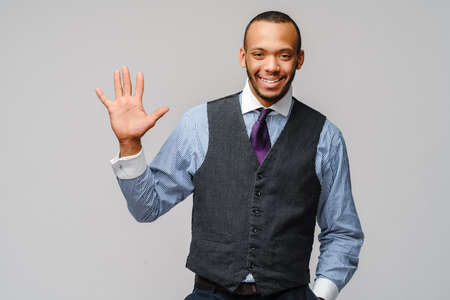 African-American businessmanman showing FIVE by finger over grey background 免版税图像