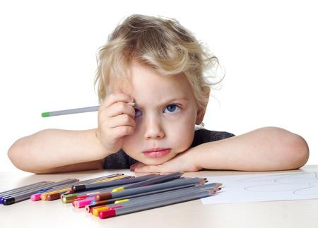 psicologia infantil: ni�a triste dibuja con l�pices de colores