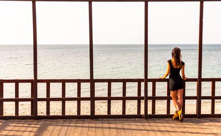 jolie fille: Jolie fille regardant la mer dans un cottega sur la c�te