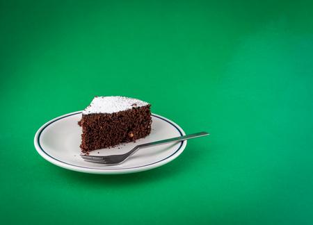 Schiefer Schokoladenkuchen auf farbigem Hintergrund Standard-Bild