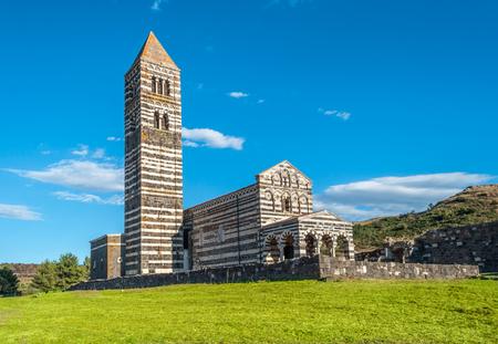 De kleine kerk van Saccargia in het midden van Sardische land - Italië Stockfoto