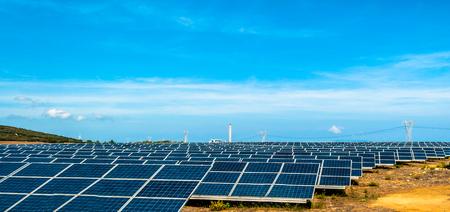 Feld der Photovoltaikplatte im sonnigen Tag in Sardinien - Italien