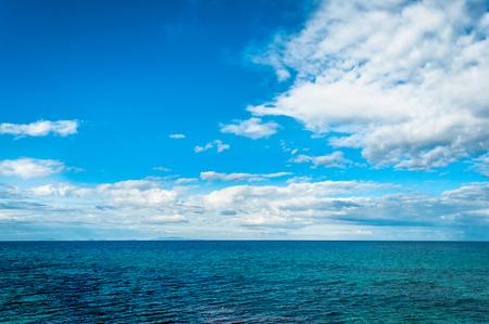 晴れた日に海に劇的な雲