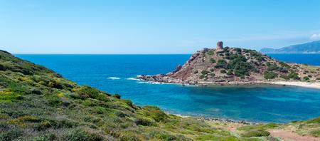 Paisaje de la costa cerca de Porticciolo, en Cerdeña, con la antigua torre en un día soleado Foto de archivo