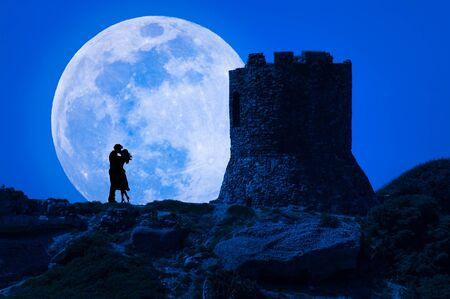 Silhouette d'un couple qui s'embrasse sous la super lune