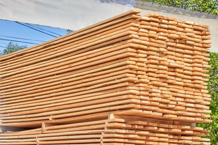 Holzbalken mit klarer Baumstruktur