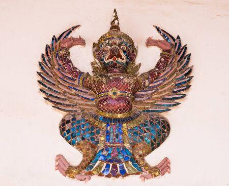 in disrepair: invecchiato Garuda, rovina nel tempio Archivio Fotografico