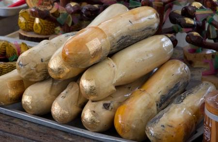 pene: imagen de madera del pene con el encanto de la hoja de oro religión, de los tailandeses