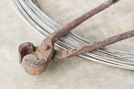 tenailles: vieilles pinces ou des pinces avec du fil m�tallique