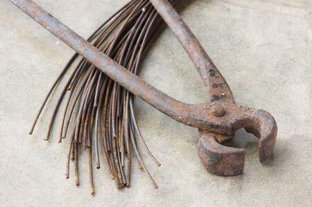 tenailles: vieilles pinces ou des pinces avec du fil m?tallique