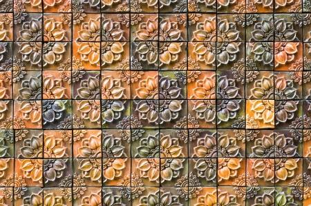 bas relief: faible tuiles en terre cuite en relief � motif floral traditionnel effectu� au nord-est, Tha�lande