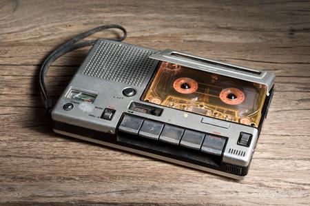 grabadora: reproductor de cintas de cassette vieja y la grabadora con el cassette de audio en el fondo de madera vieja Foto de archivo