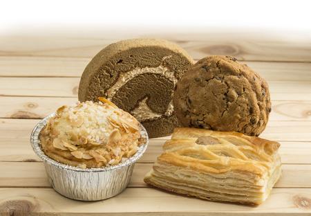 prodotti da forno: vari di prodotti da forno sul tavolo di legno di pino