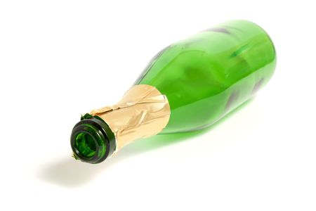 Open lege champagne fles op wit wordt geïsoleerd