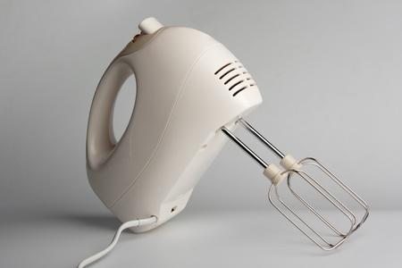 witte elektrische voedsel mixer met drijvers op witte tafel