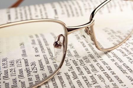 독서 용 안경과 열려 오래 된 책 스톡 콘텐츠