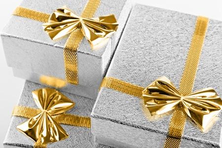 Tres cajas de regalo de plata con la cinta es de cerca Foto de archivo - 13595235