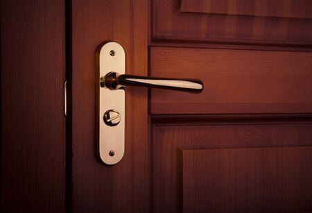 het deel van de houten deur met metalen handvat