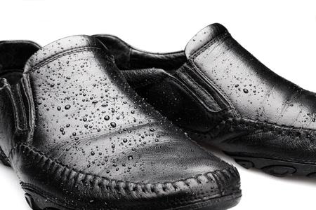 Wet Schuhe auf weißem Hintergrund. Concept Of Wasserdicht.