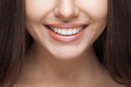 dientes: Mujer hermosa sonrisa. El blanqueamiento dental. El cuidado dental.
