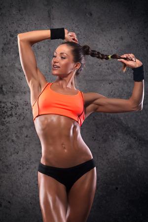 ejercicio aer�bico: atractiva mujer de fitness, cuerpo femenino entrenado, retrato estilo de vida, cauc�sico modelo Foto de archivo