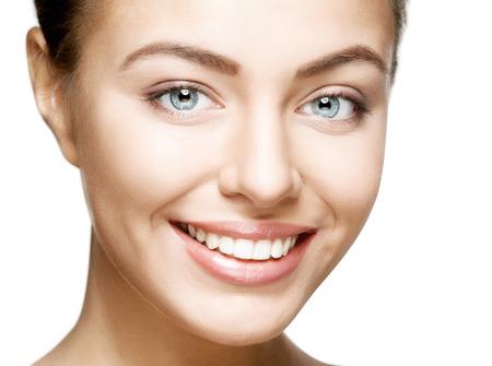 Mujer hermosa sonrisa. El blanqueamiento dental. El cuidado dental.