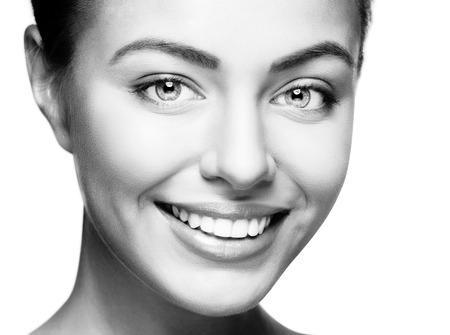 ��smiling: Mujer hermosa sonrisa. El blanqueamiento dental. El cuidado dental.