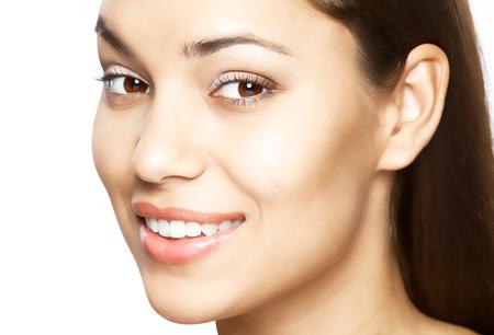 aseo: Mujer hermosa sonrisa. El blanqueamiento dental. El cuidado dental.