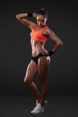 Retrato de la mujer deportiva vistiendo ropa deportiva aislado con trazado de recorte Foto de archivo - 39363794