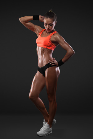 sport vrouw portret dragen van kleding die met het knippen van weg