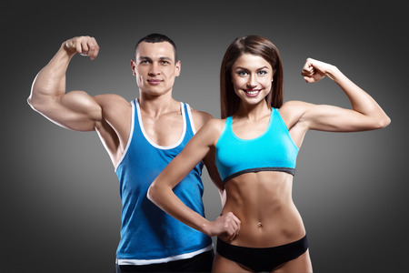 Mooie atletische paar op grijze achtergrond geïsoleerd met het knippen van weg Stockfoto