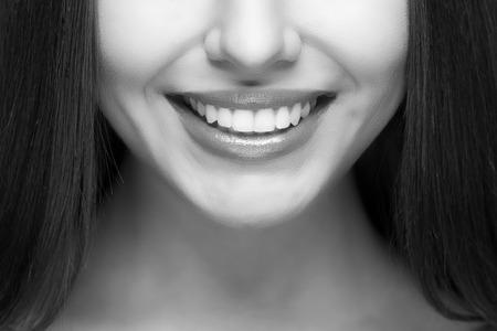 mujer alegre: Mujer hermosa sonrisa. El blanqueamiento dental. El cuidado dental.