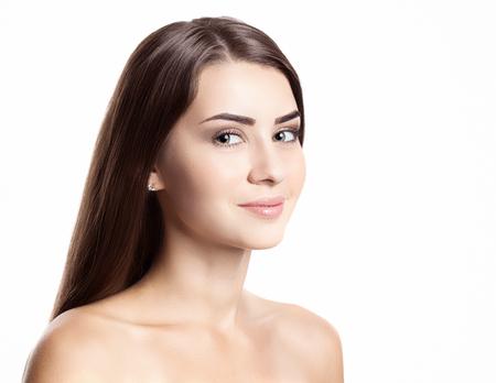 caras: hermosa mujer con la piel perfecta y cara aislada en el fondo blanco
