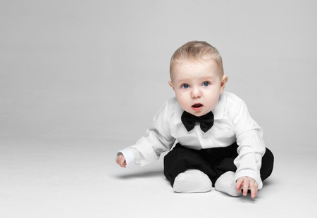 hombres guapos: Happy baby boy. Little boy in a white shirt and bow tie. Children portrait. Stylish man in fashionable a bow-tie. Foto de archivo