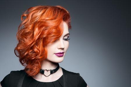 곱슬 빨간 머리와 아름 다운 모델입니다. 스타일링 헤어 스타일 컬. 물결 모양의 반짝이 머리카락 스톡 콘텐츠