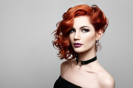 빨간 머리 스타일 및 전문 메이크업 가진 아름 다운 섹시 한 여자의 초상화. 럭셔리 슬림 여자.