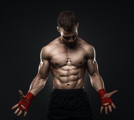 格闘訓練のため包帯を準備します。暗い背景。