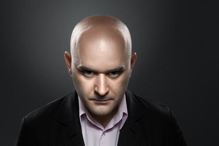 怒りの表現を持つ男の肖像