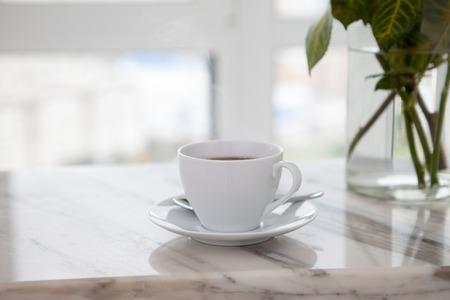 Taza de café en la mesa de mármol Foto de archivo - 87338963