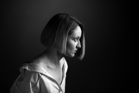 Dramatic black and white portrait of a beautiful woman on a dark background Banco de Imagens - 124887663