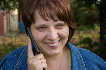 femme qui rit: femme en riant avec le mobile