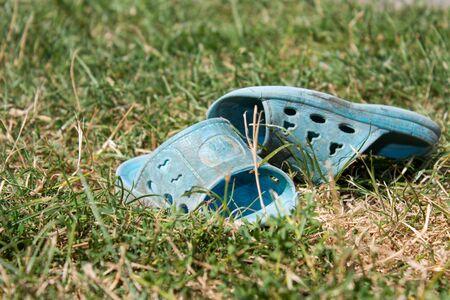 niños abandonados: Los niños en la hierba desgastadas zapatillas son abandonados niño Foto de archivo