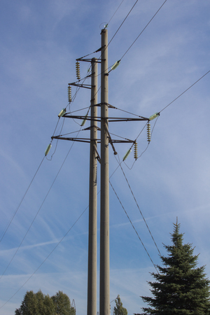 electric shock: poste eléctrico de hormigón con una descarga eléctrica de alto voltaje