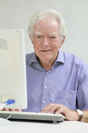 70 75 years: elderly man with laptop