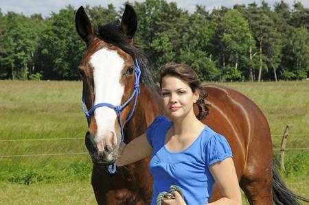 femme a cheval: jeune fille et le cheval Banque d'images